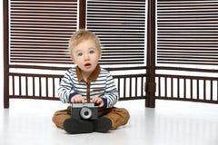 Маленький мальчик малыша с ретро камерой Стоковая Фотография