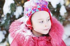Маленький милый играть девушки внешний в зиме Стоковые Изображения RF