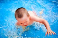 Маленький милый мальчик в открытом море бассейна Стоковые Фото
