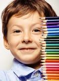 Маленький милый мальчик с карандашами цвета закрывает вверх по усмехаться бесплатная иллюстрация