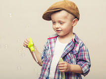 Маленький милый мальчик дует банки мыла Стоковая Фотография