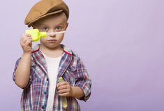 Маленький милый мальчик дует банки мыла стоковое изображение rf