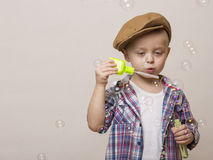 Маленький милый мальчик дует банки мыла Стоковое Изображение