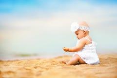 Маленький милый ребёнок играя на песке Стоковое фото RF