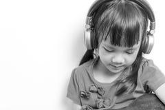 Маленький музыкант играя гитару на белой предпосылке стоковое изображение