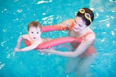 Маленький младенец в предыдущем классе заплывания Стоковые Фото