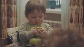 Маленький младенец есть хлеб видеоматериал