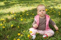 Маленький младенец играя в парке на траве Стоковые Изображения RF
