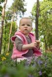 Маленький младенец играя в парке Стоковое фото RF