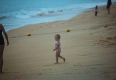 Маленький младенец идя к морю Стоковая Фотография RF