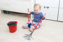 Маленький младенец 10 месяцев делает очищать дома Стоковое Изображение RF