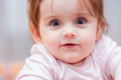 Маленький младенец на голубой предпосылке взволнованности положительные Стоковые Фотографии RF
