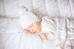 Маленький младенец спать сладостно стоковые изображения rf