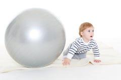 Маленький младенец с шариком фитнеса Стоковые Изображения RF