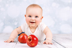 Маленький младенец с яблоками стоковая фотография rf