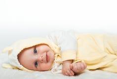 Маленький младенец усмехается в желтой рубашке стоковое фото