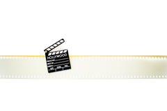 Маленький нумератор с хлопушкой на пустых 35 mm изолированного filmstrip кино Стоковая Фотография RF