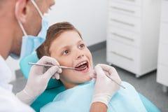Маленький пациент на офисе дантиста. Стоковое Изображение RF