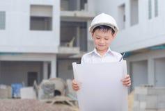 Маленький построитель в думать шлема Стоковое Изображение RF