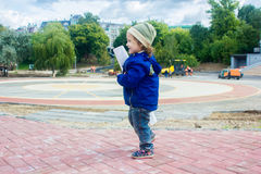 Маленький построитель ребёнка с плакатом Стоковые Изображения RF