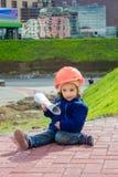 Маленький построитель ребёнка с шлемом и плакатом конструкции Стоковые Изображения RF