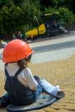 Маленький построитель ребёнка с шлемом и плакатом конструкции Стоковые Изображения