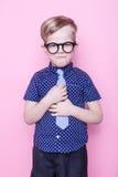 Маленький прелестный мальчик в связи и стеклах школа preschool Способ Портрет студии над розовой предпосылкой стоковая фотография rf
