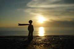 Маленький принц на заходе солнца стоковые фотографии rf