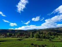 Маленький птенеец деревушки в зеленых горах Стоковая Фотография