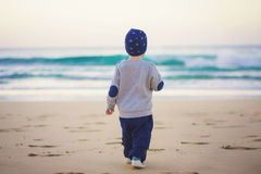 Маленький путешественник на пляже Стоковые Изображения RF