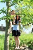 Маленький ребенок - девушка сидя на дереве Стоковые Изображения RF