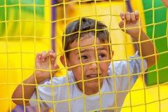Маленький ребенок играя вокруг спортивной площадки стоковая фотография