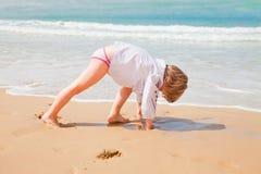 Маленький ребенок играя в песке Стоковая Фотография RF