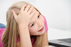 Маленький ребенок играя дома с таблеткой, компьтер-книжкой и телефоном Стоковое Изображение