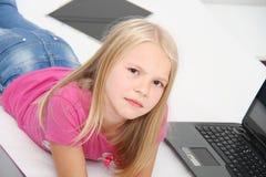 Маленький ребенок играя дома с таблеткой, компьтер-книжкой и телефоном Стоковая Фотография RF