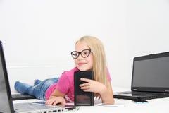 Маленький ребенок играя дома с таблеткой, компьтер-книжкой и телефоном Стоковые Изображения RF