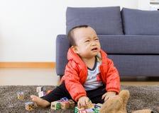 Маленький ребенок играя дома стоковое изображение