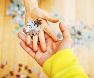 Маленький ребенок играя с головоломками на деревянном поле вместе с PA Стоковая Фотография RF
