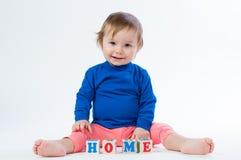 Маленький ребенок играя с dices изолированный на белой предпосылке Стоковые Фотографии RF