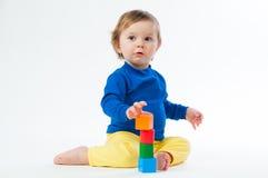 Маленький ребенок играя с dices изолированный на белой предпосылке Стоковая Фотография RF