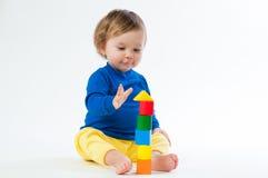 Маленький ребенок играя с dices изолированный на белой предпосылке Стоковое Изображение RF