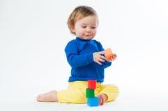 Маленький ребенок играя с dices на белой предпосылке Стоковая Фотография RF