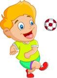 Маленький ребенок играя футбол, футбол Стоковая Фотография RF