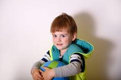 Маленький ребенок играя футбол Стоковые Фотографии RF