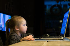 Маленький ребенок использует компьтер-книжку стоковое изображение