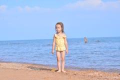 Маленький ребенок на пляже в солнечном свете Стоковое Изображение RF