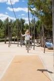 Маленький ребенок отбрасывая на городском парке Стоковые Изображения RF