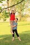 Маленький ребенок - смертная казнь через повешение девушки на ветви Стоковые Фото