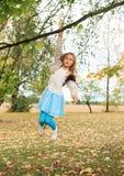 Маленький ребенок - смертная казнь через повешение девушки на ветви Стоковые Фотографии RF