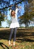Маленький ребенок - смертная казнь через повешение девушки на ветви Стоковое Изображение